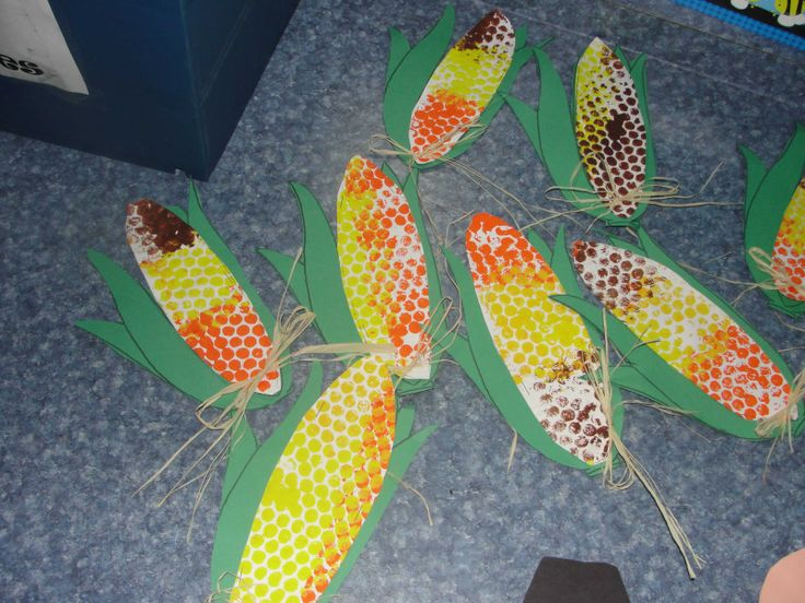 These fall corn crafts for preschool are perfect on their own or as a supplemental activity to any harvest, fall or corn themed unit lesson plan. Leave the glitter, and grab the corn to add some pizzazz to your preschool crafts!